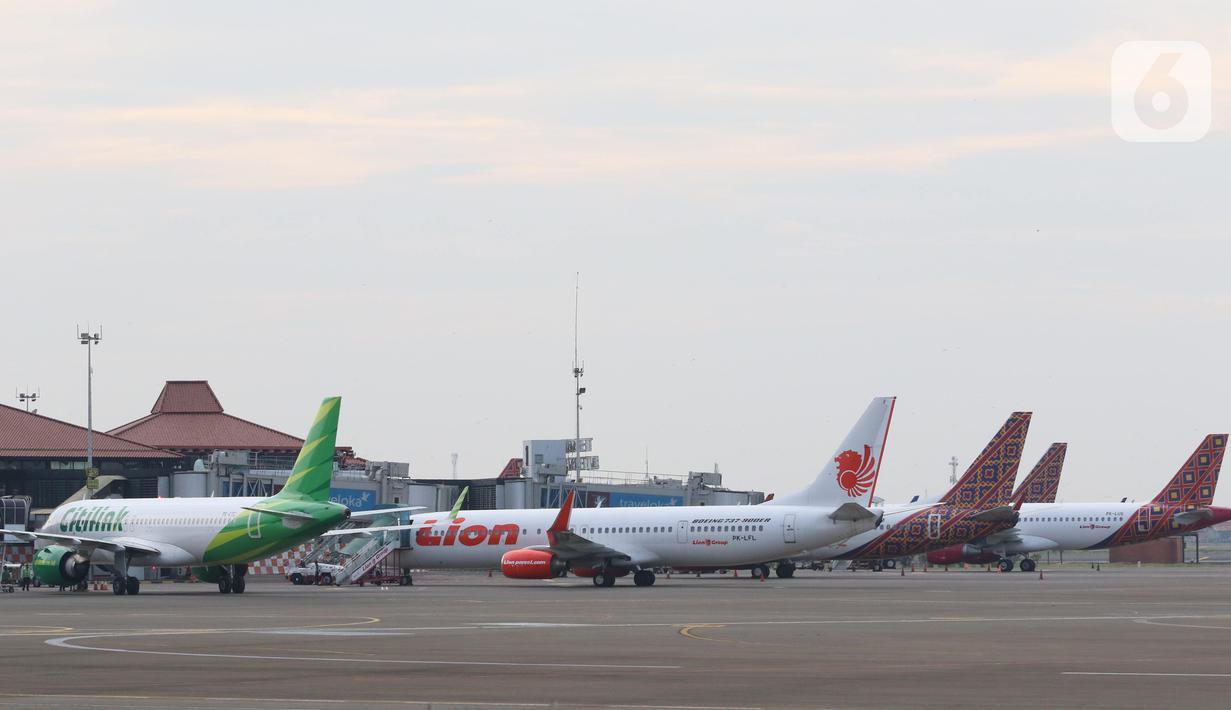 Sejumlah pesawat maskapai penerbangan terparkir di Bandara Soekarno Hatta, Tangerang, Senin (6/7/2020). PT Angkasa Pura II (Persero) akan mengkordinasikan permintaan maskapai untuk slot penerbangan, rute penerbangan dan frekuensi penerbangan di dalam satu rute. (Liputan6.com/Angga Yuniar)