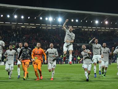 Para pemain Juventus merayakan kemenangan mereka atas Cagliari usai bertanding dalam lanjutan Liga Italia di Sardegna Arena, Cagliari, Italia, Selasa (2/4). Juventus menang dengan skor 2-0. (REUTERS/Alberto Lingria)
