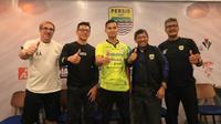 Dhika Bayangkara resmi diperkenalkan sebagai kekuatan baru Persib Bandung di cafe 1933 Dapur dan Kopi, Jalan Sulanjana, Bandung, Selasa (27/8/2019). (Bola.com/Erwin Snaz)