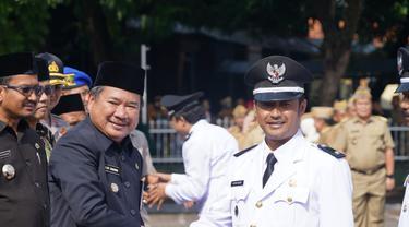 Salah satu Kepala Desa terpilih hasil Pilkades serentak November lalu, menerima ucapan selamat dari Bupati Garut, setelah pelantikan