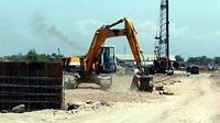 Sebuah alat berat meratakan tanah lokasi proyek pembangunan jalan arteri dan jalan tol baru relokasi jalan tol Porong di Desa Pamotan, Kecamatan Porong Sidoarjo, Jawa Timur. (ANTARA)