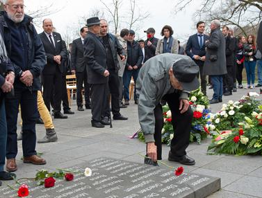 Tabur Bunga, Korban Selamat Nazi Peringati 73 Tahun Pembebasan