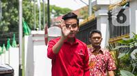 Bakal calon wali kota Surakarta, Gibran Rakabuming Raka menyapa awak media saat tiba di DPP PDIP, Jakarta, Senin (10/2/2020). Kedatangannya tersebut untuk Proses fit and proper test calon pilkada 2020. (Liputan6.com/Faizal Fanani)