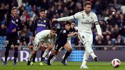 Kapten Real Madrid, Sergio Ramos mencetak tendangan penalti ke gawang Leganes pada laga leg pertama babak 16 besar Copa del Rey di Santiago Bernabeu, Rabu (9/1). Real Madrid sukses mengandaskan Leganes dengan skor 3-0. (AP/Manu Fernandez)