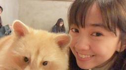 Pose foto selfie kerap menjadi andalan gaya foto Rana Cynthia. Seperti saat berselfie dengan hewan rakun berwarna putih. Perempuan berusia 24 tahun ini terlihat begitu bahagia bisa berfoto bersama hewan yang lucu tersebut. (Liputan6.com/IG/@rncynth)
