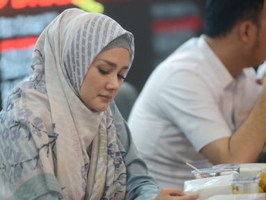 Mulan Jameela tampil menawan saat memakai hijab berwarna abu-abu kombinasi biru. Mulan tampak begitu cocok dengan gaya hiba simpelnya. Meski simpel tidak banyak accesoris tapi penampilan Mulan ini cukup membuat dirinya menuai banyak pujian (KapanLagi.com/Bayu Herdianto)