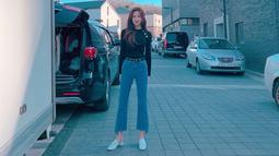 Menggunakan jelana jeans dan blouse hitam penampilan Ga Young ini pun terlihat cukup sederhana. Namun, jika dilihat secara detail, sepatu yang dikenakan disesuai dengan anting dan detail baju di bagian lengan atas. (Liputan6.com/IG/@m_kayoung)
