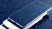 Ilustrasi smartphone basah karena hujan. Dok: pxhere.com