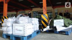 Sebanyak dua unit tenda kompi, 1000 pcs selimut dan rendang siap saji dari mitra binaan Askrindo disalurkan untuk para pengungsi korban banjir bandang. Bantuan tersebut akan diterima oleh Satgas Bencana BUMN Provinsi NTT. (Liputan6.com/Pool/Askrindo)