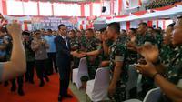 Presiden Jokowi menyalami 3.500 Bintara Pembina Desa (Babinsa) di Universitas Jambi. (Liputan6.com/Hanz Jimenez Salim)