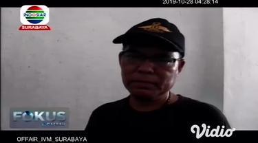 Warga mendatangi sebuah rumah di Desa Kawangrejo, Jember, Jawa Timur setelah tersebar informasi seorang wanita muda didapati tewas di kamarnya.