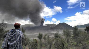 Wisatawan menyaksikan erupsi Gunung Bromo di kawasan Ngadisari, Probolinggo, Jawa Timur, Senin (25/3). Erupsi Gunung Bromo dengan status level II (waspada) menjadi daya tarik bagi wisatawan untuk menikmati atraksi alam. (merdeka.com/Arie Basuki)