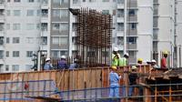 Pekerja menyelesaikan pembangunan gedung bertingkat di Jakarta, Rabu (10/6/2015). Kondisi perekonomian Indonesia pada kuartal I-2015 mengalami perlambatan dan berdampak pada pertumbuhan pasar properti. (Liputan6.com/Johan Tallo)