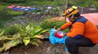 Tim BPBD Kota Batu dan BPBD Jawa Timur mengecek titik retakan tanah pada Sabtu (6/2/2021) dampak bencana tanah bergerak di Dusun Brau, Kota Batu (BPBD Kota Batu)