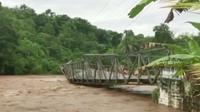 Detik-detik Jembatan Ponton di Kabupaten Empat Lawang Sumsel hanyut terbawa arus Sungai Musi (Liputan6.com / Nefri Inge)