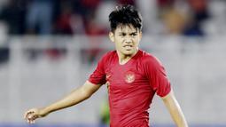 Witan Sulaeman - Pergerakan Witan yang lincah membuat barisan pertahanan Thailand kerepotan. Sayang, ia tak bisa bermain hingga akhir laga lantaran harus keluar pertengahan babak kedua karena cedera. (Bola.com/M Iqbal Ichsan)