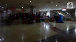 Pedagang tas di WTC Mangga Dua memilih berjualan meski sepi pengunjung, Jakarta, Kamis (28/11/2019). Maraknya toko online berimbas pada sepinya pusat perbelanjaan karena ditinggal pengunjung. (merdeka.com/Imam Buhori)