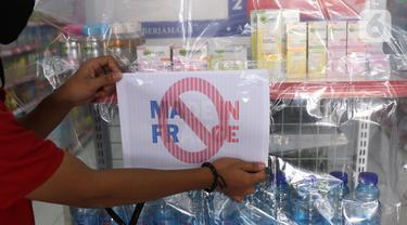 Karyawan menutup produk yang diboikot karena dinilai berafiliasi dengan Prancis dengan menggunakan pelastik dan bertada silang di sebuah minimarket di Tangerang, Banten, Kamis (5/11/2020). (Liputan6.com/Angga Yuniar)