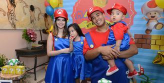 Pasangan Nia Ramadhani dan Ardi Bakrie menggelar pesta ulang tahun anak ke-2nya, Mainaka Zannati Bakrie yang pertama pada hari Sabtu (19/11) di kawasan Menteng, Jakarta Pusat. (Nurwahyunan/Bintang.com)