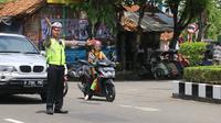 Polisi mengatur lalu lintas di Jalan Lintas Selatan (JLS) di ruas Kebumen. (Foto: Liputan6.com/Polres Kebumen/Muhamad Ridlo)