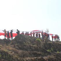 Ada yang beda dari acara yang digelar pemerintah kabupaten setempat, yakni membentangkan bendera raksasa berukuran 150 x 3 meter, di atas Gunung Warung yang terletak di Desa Dalangan, Kecamatan Todanan. (Liputan6.com/Ahmad Adirin)