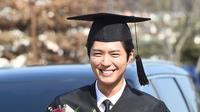 Walaupun suasana ricuh, akan tetapi acara wisuda Park Bo Gum berjalan lancar. Para penggemar juga terlihat memberikan semangat kepada sang idola. (Foto: Soompi.com)