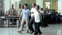 Anggota DPR RI, Melchias Marcus Mekeng (kedua kanan) meninggalkan gedung KPK usai diperiksa, Jakarta, Kamis (10/8). Melchias Marcus Mekeng diperiksa sebagai saksi TPK pengadaan paket penerapan KTP elektronik. (Liputan6.com/Helmi Fithriansyah)