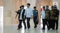 Presiden Joko Widodo atau Jokowi (kedua kiri) tiba untuk meninjau proses sterilisasi Masjid Istiqlal di Jakarta Pusat pada Jumat (13/3/2020) pagi. Proses sterilisasi ini dilakukan dalam rangka mencegah penularan virus corona Covid-19. (Liputan6.com/Faizal Fanani)