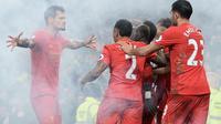 Para pemain Liverpool merayakan gol ke gawang Everton pada laga Premier League di Goodison Park, Liverpool, Senin (19/12/2016). (AFP/Oli Scarff)