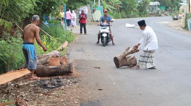 Warga Mantrianom, Banjarnegara memasang barikade dan menolak pembukaan portal jalan ke tambang pasir putih. (Foto: Liputan6.com/Humas Pemkab Banjarnegara)