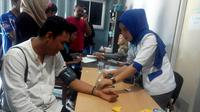 PMI Kota Bengkulu memberikan hadian mobil sedan gratis bagi warga yang mendonorkan darah selama satu tahun kedepan (Liputan6.com/Yuliardi Hardjo)