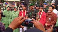 Karateka Indonesia, Rifki Ardiansyah Arrosyid, mendapat sambutan meriah i Makodam V/Brawijaya, Kamis (30/8/2018). (Bola.com/Aditya Wany)