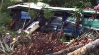 Bus ALS trayek Mandailing Natal (Madina)-Medan masuk ke dalam jurang di Desa Marisi, Kecamatan Angkola Timur, Tapanuli Selatan, Sumatera Utara. (Liputan6.com/Reza Efendi)