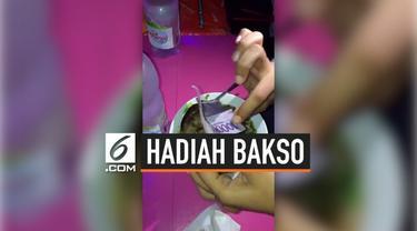 Sebuah warung bakso di Indramayu menawarkan promosi tak biasa pada pelanggannya. Mereka menaruh uang tunai dalam kuah baksonya.