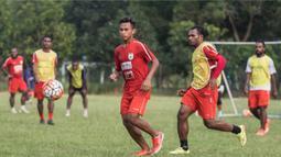 Gelandang Persipura Jayapura, Osvaldo Haay, berusaha mengejar bola saat sesi latihan. Latihan perdana pasca juara Torabika Soccer Championship 2016 itu diikuti oleh 22 pemain. (Bola.com/Vitalis Yogi Trisna)