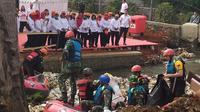 Ibu Negara Iriana Jokowi menyaksikan proses pembersihan sampah di Kali baru Bogor, Jawa Barat. (Liputan6.com/Achmad Sudarno)