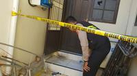 Polisi mengecek lokasi kejadian pelemparan bom molotov di Gereja Toraja di Makassar (Liputan6.com/ Eka Hakim)