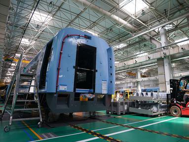 Teknisi bekerja di lini produksi kereta cepat CRRC Tangshan Co., Ltd. di Kota Tangshan, Provinsi Hebei, China, 16 Juli 2020. Kapasitas produksi perusahaan ini telah pulih dari efek COVID-19 berkat bantuan pemerintah lokal untuk memenuhi pesanan dari China maupun luar China. (Xinhua/Xing Guangli)