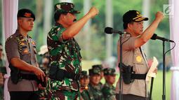 Panglima TNI Marsekal Hadi Tjahjanto dan Kapolri Jenderal Tito Karnavian memimpin Apel Kesiapan Natal, Tahun Baru 2019 serta menjelang Pemilu legislasi dan Presiden 2019 di lapangan silang Monas, Jakarta, Jumat (30/11). (Liputan6.com/Johan Tallo)