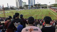 Suporter Persija Jakarta, The Jakmania, menonton latihan perdana Macan Kemayoran di Lapangan Aldiron, Jakarta, Senin (7/1). Lapangan tersebut menjadi tempat latihan baru Persija untuk musim 2019. (Bola.com/M. Iqbal Ichsan)