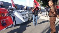 Perhimpunan Pergerakan Mahasiswa (PPM) Sulsel berunjuk rasa di Kantor Kejati Sulsel mendesak penuntasan dugaan suap proyek DAK Rp 49 miliar di Bulukumba (Liputan6.com/ Eka Hakim)