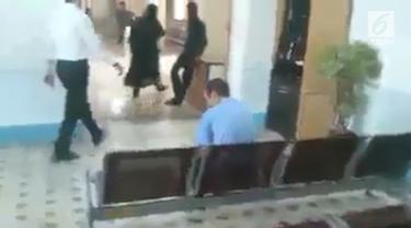 Video seorang bapak digampar pasien rumah sakit jiwa viral di media sosial.