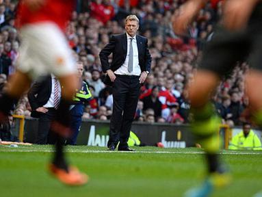 Pelatih Manchester United David Moyes (tengah) mengamati pertandingan sepak bola Liga Inggris antara Manchester United melawan Stoke City di Old Trafford,  Manchester, Sabtu (26/10/2013). (Foto: AFP/Andrew Yates)