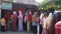 Warga Genuksari tengah mengantre untuk mendapatkan vaksin difteri di Posyandu Kelurahan Genuksari, Kota Semarang, Jumat (20/7/2018). (Foto: Liputan6.com/Solopos.com/Imam Yuda S.)