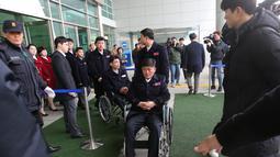 Atlet Korea Utara tiba untuk berpartisipasi dalam Paralimpiade Pyeongchang 2018 di Kantor Transit Korea, dekat Zona Demiliterisasi, Paju, Korea Selatan, Rabu (7/3). Jumlah atlet dan delegasi Korea Utara mencapai 24 orang. (Ahn Young-joon/POOL/AFP)