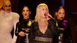 Penampilan Christina Aguilera di atas panggung dalam acara pembukaan New York Fashion Week di New York City, AS (9/9). Christina Aguilera tampil seksi menggenakan busana hitam jaring-jaring. (AFP Photo/Fernanda Calfat)