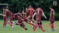 Pemain Persija Jakarta saat berlatihan teknik kecepatan di lapangan Sutasoma, Jakarta, Rabu(16/1). Lima pemain Persija tidak hadir pada latihan perdana bersama Ivan Kolev. (Bola.com/Yoppy Renato)