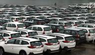 Mobil siap ekspor terparkir di PT Indonesia Kendaraan Terminal, Jakarta, Rabu (27/3). Pemerintah berencana memacu ekspor industri otomotif dengan harmonisasi skema PPnBM, yaitu tidak lagi dihitung dari kapasitas mesin, tapi pada emisi yang dikeluarkan kendaraan bermotor.  (Liputan6.com/Johan Tallo)