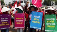 Demonstran Parade Juang Perempuan Indonesia membawa sejumlah poster saat demontrasi di depan Gedung DPR, Jakarta, Kamis (8/3). Demonstran meminta pemerintah memperhatikan kesejahteraan dan kemerdekaan perempuan. (Liputan6.com/JohanTallo)