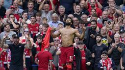 Mohamed Salah. Pemain Liverpool ini telah mengoleksi dua Golden Boot pada edisi 2017/2018 dan 2018/2019. Hingga pekan kelima musim ini, ia telah mencetak 4 gol untuk The Reds dan memimpin top skor sementara bersama Bruno Fernandes dan Michail Antonio. (AP/Jon Super)